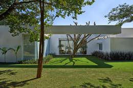 modern Garden by Lanza Arquitetos