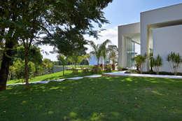 Rumah by Lanza Arquitetos