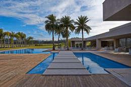 Casa na Fazenda Capitão do Mato : Piscinas modernas por Lanza Arquitetos