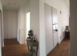 Projekty,  Korytarz, przedpokój zaprojektowane przez studio di architettura cinzia besana