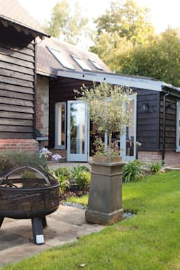 Toops Barn: modern Garden by Hampshire Design Consultancy Ltd.