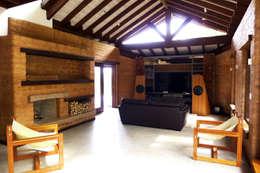 Projekty,  Salon zaprojektowane przez Baixo Impacto Arquitetura Ltda.