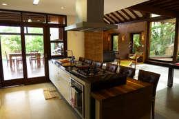 rustic Kitchen by Baixo Impacto Arquitetura Ltda.