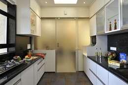 3 Bedroom Mumbai Residence: modern Kitchen by Aum Architects