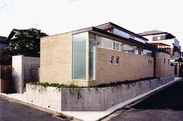 高窓と中庭の家-高低差を活かす-: atelier mが手掛けた家です。