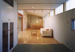 高窓と中庭の家-高低差を活かす-: atelier mが手掛けたリビングです。