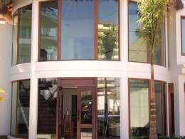 Puertas y ventanas de estilo rústico por Ventanas SI Puertas