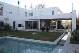 VISTA DESDE PATIO: Piletas de estilo moderno por Poggi Schmit Arquitectura