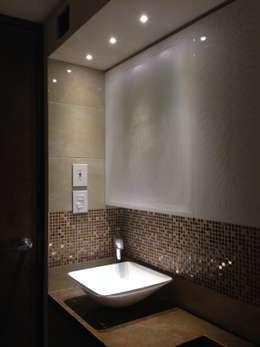 Proyecto en ejecución: Baños de estilo moderno por John Robles Arquitectos