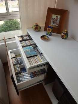 Mobiliario apartaestudio 203: Sala multimedia de estilo  por John Robles Arquitectos