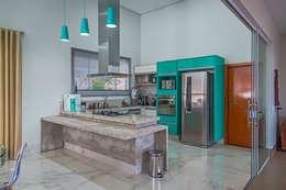 Cocinas de estilo moderno por Daniele Galante Arquitetura