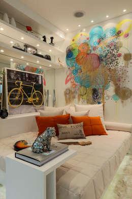 Projekty,  Sypialnia zaprojektowane przez Chris Silveira & Arquitetos Associados