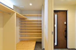 玄関横のWIC: OARK一級建築士事務所が手掛けた廊下 & 玄関です。