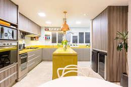 Cocinas de estilo ecléctico por Motirõ Arquitetos