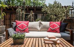 SALA TERRAZA : Balcones y terrazas de estilo rústico por Ploka 8.7