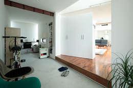 2010 HMC House: AtelierorB  が手掛けた廊下 & 玄関です。
