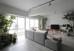 minimalistic Living room by nuリノベーション