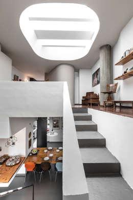 Projekty,  Korytarz, przedpokój zaprojektowane przez Architrek