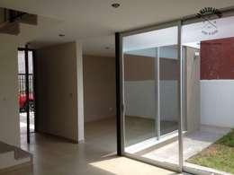 Salas / recibidores de estilo minimalista por La Maquiladora / taller de ideas