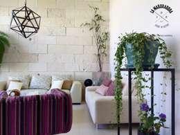 Salas de estilo moderno por La Maquiladora / taller de ideas