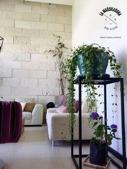 Casa Encinos (Remodelación): Salas de estilo moderno por La Maquiladora / taller de ideas