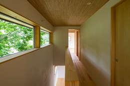 喜連川・傾斜地の家: 中山大輔建築設計事務所/Nakayama Architectsが手掛けた玄関・廊下・階段です。