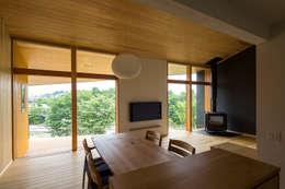 喜連川・傾斜地の家: 中山大輔建築設計事務所/Nakayama Architectsが手掛けたダイニングです。