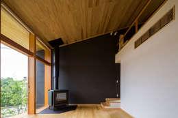 喜連川・傾斜地の家: 中山大輔建築設計事務所/Nakayama Architectsが手掛けたリビングです。