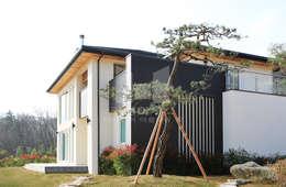 세라믹 사이딩과 스타코플렉스의 컬러조화가 돋보이는 외관: 코원하우스의  주택