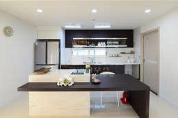브라운&화이트 톤으로 모던함을 높인 거실2: 코원하우스의  주방