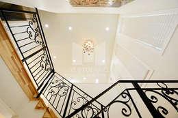 2층으로 올라가는 계단실 조명: 코원하우스의  복도 & 현관