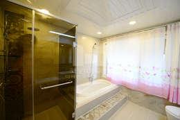 창이있는 욕실2: 코원하우스의  화장실