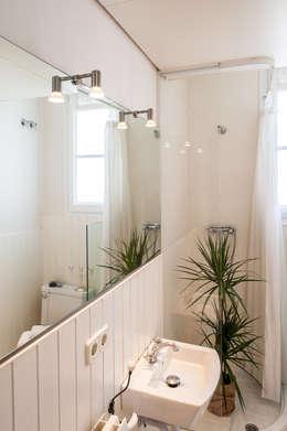 Aseo: Baños de estilo moderno de Markham Stagers