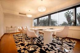 Comedor: Oficinas y Tiendas de estilo  por Carughi Studio