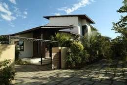 Casas de estilo minimalista por 4th axis design studio
