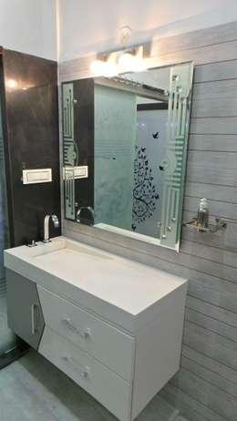 MR. Sanjay : modern Bathroom by Shadab Anwari & Associates.