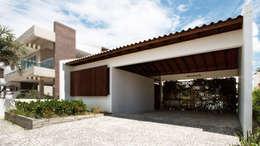 Casas de estilo minimalista por Coletivo de Arquitetos