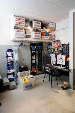 青梅のガレージハウス: Kawakatsu Designが手掛けたガレージです。
