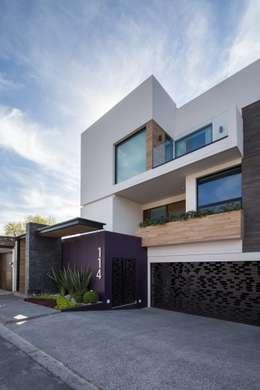 Casas de estilo moderno por URBN
