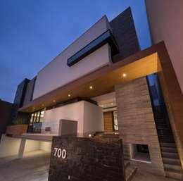 Fachada: Casas de estilo rústico por URBN