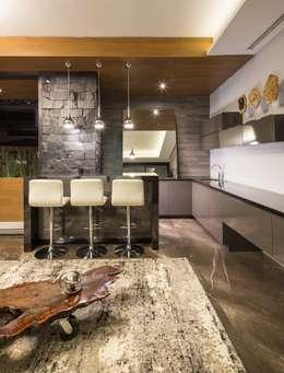 Bar: Salas de estilo rústico por URBN