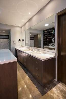 Baño: Baños de estilo  por URBN