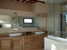 Baños de estilo moderno por Azcona Vega Arquitectos