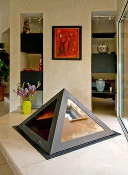 Cheminée centrale: Salon de style de style eclectique par Pierre Bernard Création