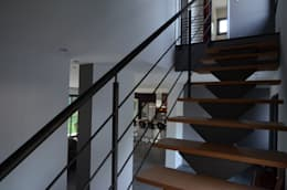 Escaliers de design moderne: Couloir et hall d'entrée de style  par Pierre Bernard Création