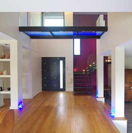 Hall d'entrée: Couloir et hall d'entrée de style  par Pierre Bernard Création