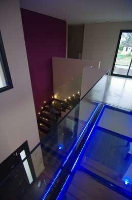 Escaliers et couloir originaux: Couloir et hall d'entrée de style  par Pierre Bernard Création