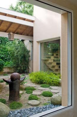 Coté petit jardin: Jardin de style de style Asiatique par Pierre Bernard Création