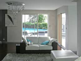 Canapé blanc et marron: Salon de style de style eclectique par Pierre Bernard Création