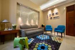 Salas de estilo moderno por Aum Architects